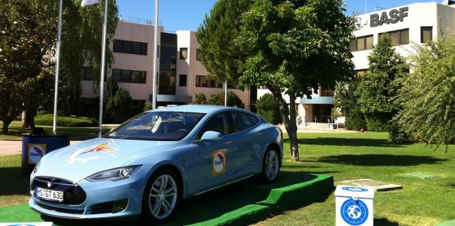 BASF plasma la sostenibilidad aplicada a través de un Tesla
